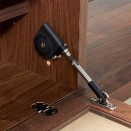 Oder/オーデル 伸長式テレビボード ゆっくり静かに閉まる扉部のダンパー。