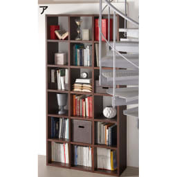 Pombal/ポンバル シェルフ 2連セット 高さ224cm コーディネート例。写真は別売3連セット。階段後ろのデッドスペースなど、スペースを有効に使いたいですね。