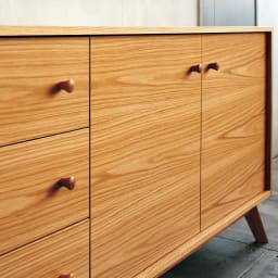 オーク天然木 リビングボード サイドボード [WOODMAN・ウッドマン] ヨーロッパ産のオーク材の美しさ、多目的さを存分に活かしたデザイン。木目をつなぎあわせるなどのこだわりのディテールは、職人が手作業で仕上げています。