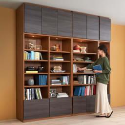 K'astani/カスターニ LEDライト付きバイカラーコレクション本棚 幅79cm コーディネート例※お届けは幅79cmです。