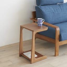 a tempo/アテンポ ウォルナット天然木 ソファサイドテーブル 幅36cm 使用イメージ