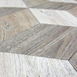水や汚れ、傷にも強い 古材フローリング調ダイニングラグ [素材アップ]ウッドブロック 古材を組み合わせてつくったようなデザイン。エンボス加工で凹凸を出し、とてもリアルな仕上がりです。