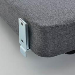 Sealy/シーリー レザーヘッドダブルクッションタイプ ヘッドボードの連結は金具にネジ留めします。 (こちらの商品は組立設置込みで手配させて頂きます)