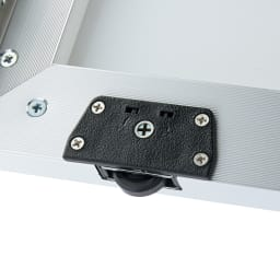 Milath/ミラス スライドワードローブ ミラー扉タイプ 幅80.5cm 扉下にはローラーが設置されており、軽くスムーズに開け閉めできます。
