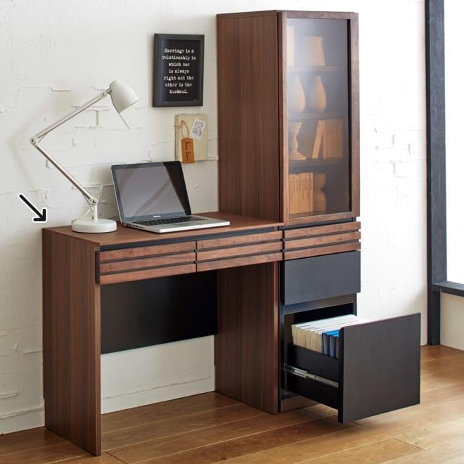 AlusStyle/アルススタイル 薄型ホームオフィス デスク 幅80.5cm 使用イメージ ウォルナットの無垢材と、ブラックレザー調の素材の組み合わせが魅力。