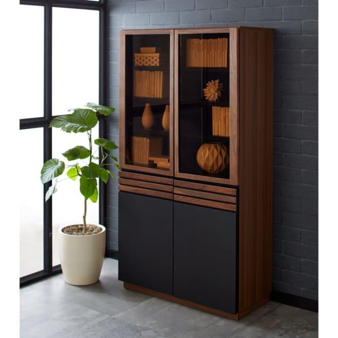 AlusStyle/アルススタイル 薄型ホームオフィス ブックシェルフ幅80cm 使用イメージ ウォルナットの無垢材と、ブラックレザー調の素材の組み合わせが魅力。