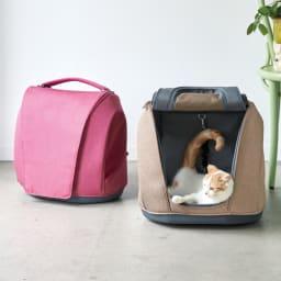 ミュナペットキャリーバッグ 左から(ウ)ピンク、(イ)ライトブラウン 外出や通院だけでなく、普段からペットのハウス&ベッドとして使えるキャリー。4WAY仕様で持ち運びやすく、ペットもいつもの場所で安心して移動できます。