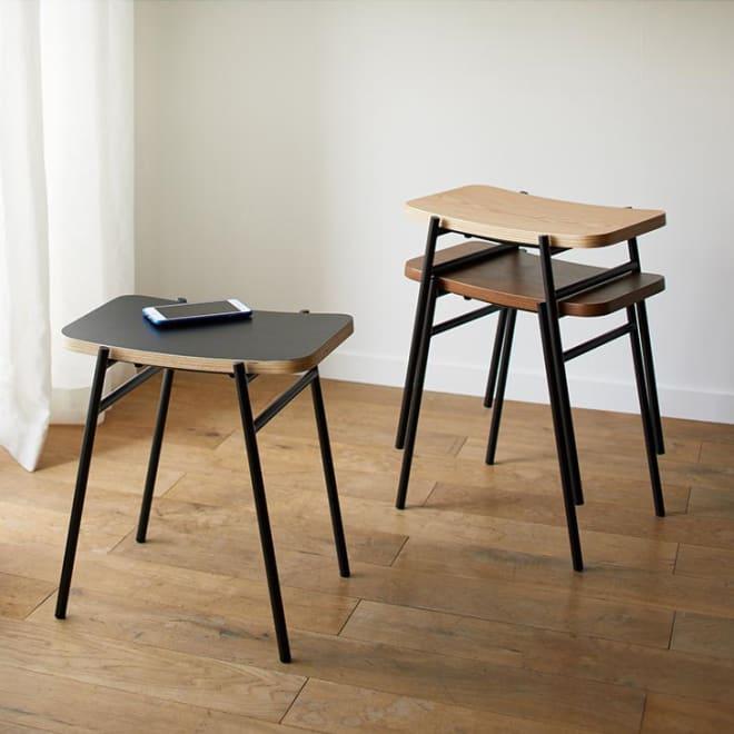 Kapell/カペル スタッキングスツール 黒い脚がすっきりとした印象のスタッキングスツール。部屋の隅に置くだけで空間がぐっと締まっておしゃれに。