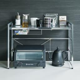 頑丈ステンレス伸縮天板ラック 1段 棚板耐荷重約20kgで電子レンジやトースターなど家電をひとまとめ。棚板はサビに強いステンレス製で蒸気の出る炊飯器も安心。便利な伸縮式で、収納力アップの2段タイプもご用意。