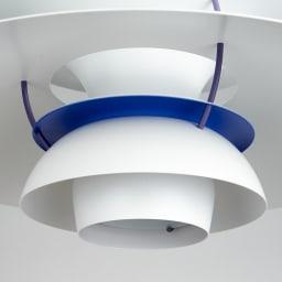 ペンダントライト PH 5 [Louis Poulsen・ルイスポールセン/デザイン:ポール・ヘニングセン] 内部も一部ネイビーで仕上げ、下から覗いてみたときのアクセントになっています。