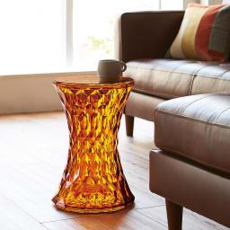 Stone/ストーン スツール [Kartell・カルテル/デザイン:マルセル・ワンダース] シックな色合いを選べば、革のソファや天然木の床などナチュラルなインテリアにもマッチします。