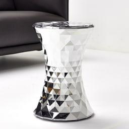 Stone/ストーン スツール クローム [Kartell・カルテル/デザイン:マルセル・ワンダース] ソファの前でテーブルとしても印象的なインテリアアクセサリーに。