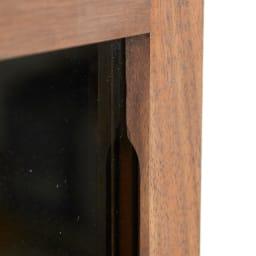 AlusStyle/アルススタイル リビングシリーズ サイドキャビネット 幅40cm・左開き 扉枠に彫り込みを設け、開閉時の手掛けに。目立たずすっきりとした見た目ながら、きちんと指がかかって開けやすい設計。