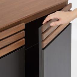 AlusStyle/アルススタイル カウンター下収納庫 3枚扉 幅120cm高さ70cm 扉は扉上部に手をかけて開けるタイプ。指がかけやすく簡単に開閉。
