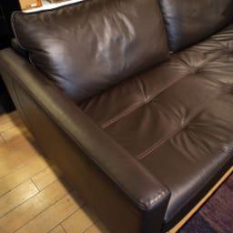 総革張り・レザーソファシリーズ コーナーソファーセット(座って左)[LX コレクション] 皮革メーカーとしても名高いファクトリーで生産され、その中で厳選された0.9~1.1mm厚の牛革を使用しています。