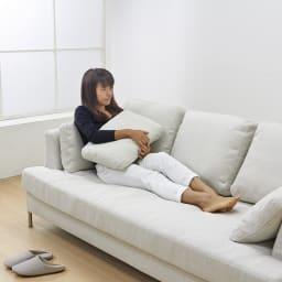 Slimleg(スリムレッグ)  カバーリングソファ トリプルソファ(3人掛け) 小クッションは座面奥行を調整したり、時には枕としても使えるのでとっても便利です。