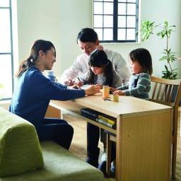 Saari/サアリー カバーリングソファシリーズ モデル画像 ソファとチェアの対面使い。子供の勉強机としても使えます。