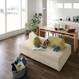 Saari/サアリー カバーリングソファシリーズ デスク 180cm コーディネート例 ソファに幅の広いデスクを合わせて。家族の憩いのスペースとテレワークスペースが共存するリビングルームに。