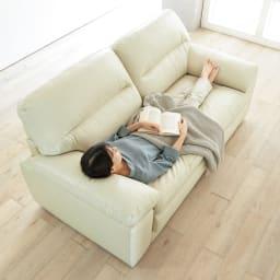 2人掛け Sediangelo/セディアンジェロ スーパーソフトクッション レザーソファ (ラブソファ) うたた寝したくなるくらいふっくらとした座り心地。