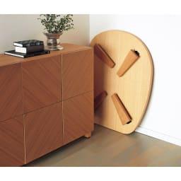 折れ脚コミュニケーションローテーブル 幅120cm 脚を折りたたむと厚さ10cmに。隙間などにもしまいやすい。