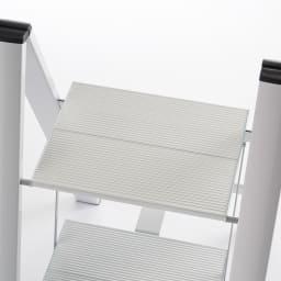 薄型アルミステップ 2段 シルバー アルミ脚立 ステップ面が広く安定して立てます。
