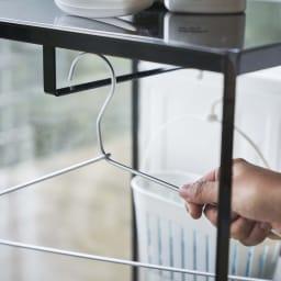 tower/タワー ランドリーワゴン 天板付きタイプ(バスケット1組) ハンガー・ピンチハンガーなどをバーに吊るすことができ便利です