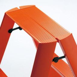 METAPHYS/メタフィス アルミステップ「ルカーノ」 2段 広げればしっかり安定感があり、ワンタッチバーにより簡単に折りたたみできます。