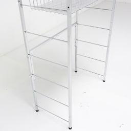 モダンランドリーラック 棚2段スライド引き出し2杯 背面には補強があるので、収納物をしっかり支えます。
