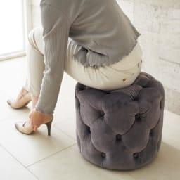 エレガントボタン留めスツール 高さ約32cmのミニサイズで靴を履く際にかがんでも楽な姿勢。