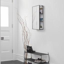 隠し棚付き 壁掛けミラー・ウォールミラー 長方形 幅30.5cm高さ61cm Cubiko/キュービコ [umbra・アンブラ] お出かけ前の身だしなみチェックにピッタリで玄関回りに設置するのがおすすめです。
