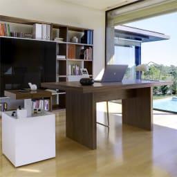 Multi マルチダイニングテーブル パネルレッグタイプ 幅160cm コーディネート例:ウォルナット デスクとしての使用もおすすめです。