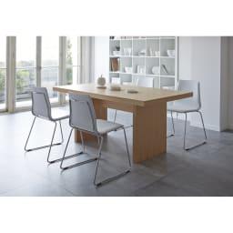 Multi マルチダイニングテーブル パネルレッグタイプ 幅160cm ナチュラル色のテーブルは、ホワイトのチェアともブラックのチェアとも合わせやすい。
