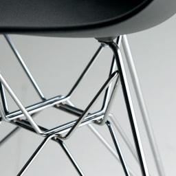 イームズシェルチェアDSR(イームズプラスチック シェルサイドチェア ワイヤーベース)[ハーマン・ミラー正規品] 鏡面仕上げの繊細な輝き:煌めきを放つワイヤーベース。細いラインながらも安定性と耐久性にこだわり、溶接部分までも美しく。