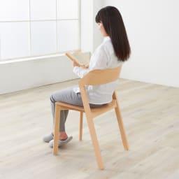 Merano メラーノ スタッキングチェア 2脚組[チェコ TON社] モデル身長157cm:スマートなフォルムですが、座ってみると幅がゆったり感じます。腰から肘まですっぽり包まれるような背もたれも安心感がありますね」