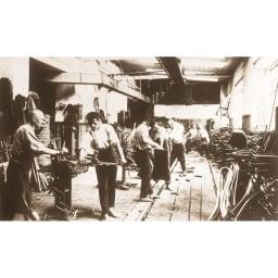 ウィンザーダイニングテーブル 長方形ダイニングテーブル 幅約120cm×80cm[チェコ・TON社] 1920年頃の工場での曲げ木の工程。現在でもほぼ同様の技術で生産されています。