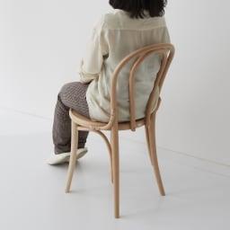 No.18 曲げ木ダイニングチェア(ベーシックカラー) [チェコTON社製] モデル身長151cm 「軽々持ち上げられるほどの重さなのに、背中がぴったりフィットするなど掛け心地がいいのはさすが永年使われてきたデザインだからなのでしょうか」