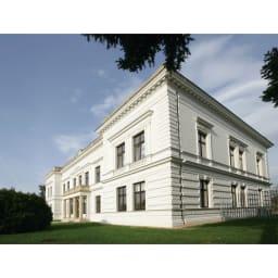 アンティーク風のNO.60スツール[チェコ TON社] チェコにあるTONの本社屋。老舗の曲げ木家具メーカーとして、年間50万台以上を製造。