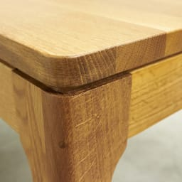 Luomu/ルオム オーク無垢材ダイニングテーブル 幅130cm  天板上面のふちを少し面取りすることで、手ざわりが良く、長い時間の食事やおしゃべりに、のんびり過ごせます。