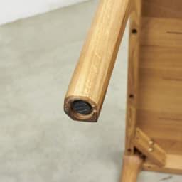 Luomu/ルオム オーク無垢材ダイニングテーブル 幅130cm  脚部の先端はアジャスター付き。長い年月、安定してご使用できます。