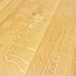 オーク無垢材ダイニングテーブル 幅150cm Luomu/ルオム 天然オークの証。オーク材の柾目に現れるきれいな虎斑(とらふ)は、水分や栄養を吸い上げた導管の模様です。