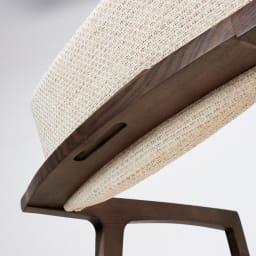 Grigia/グリージア アームチェア チェアの背もたれ部分は持ちやすいように少しくぼみがあります。