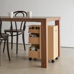 収納マルチワゴン 3段 キャスター付き テーブル下にすっぽり収まる高さとキャスター付きで、必要な時にさっと引き出せます。