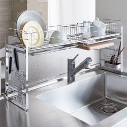 シンク上目隠し水切りラックDX 取り外し可能な水切りカゴが2個付いているので、たくさんの食器類が置けてシンク周りもすっきり。