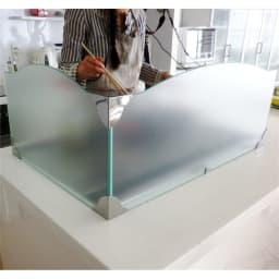 ガラスのコーナーレンジガード コンロ幅60cm用 調理の手元も見えないフロストタイプ。