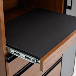 Torerant/トレラント コンパクトレンジカウンター 幅89.5cm・家電収納2段(高さ115cm) ダークブラウンのスライドテーブルはブラックでシックな装い。