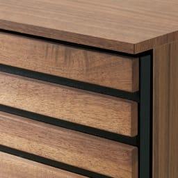 Gitter/ギッター 薄型収納 キャビネット 2枚扉 幅80.5cm高さ84.5cm 前面はウォルナット天然木を贅沢に使用した格子デザイン。