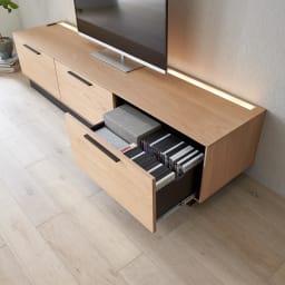 Glint/グリント LED照明付きテレビ台 幅180cm 深さのある引き出し(26.5cm)は、DVDケースを縦にも横にも収納できます。※写真は幅200cmタイプ。