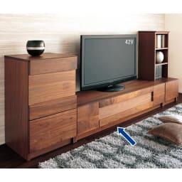 木目の風合いに包まれた隠しガラスグロッセウォルナットテレビ台 幅200cm コーディネイト例 写真は160cmサイズです。
