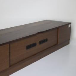 木目の風合いに包まれた隠しガラスグロッセウォルナットテレビ台 幅200cm テレビ台背面も化粧仕上げ。配線コード穴も2ヶ所付