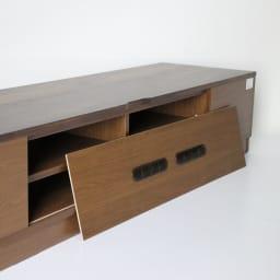 木目の風合いに包まれた隠しガラスグロッセウォルナットテレビ台 幅200cm テレビ台背面も化粧仕上げ。背板は取り外し可能なので配線も簡単にできます。